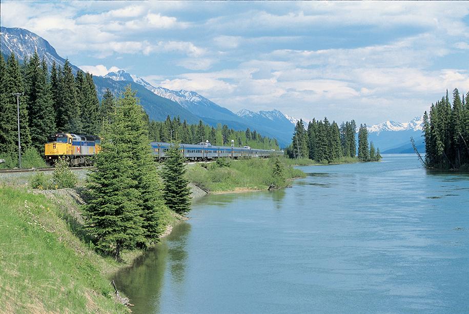 Train Le Canadian bord du fleuve