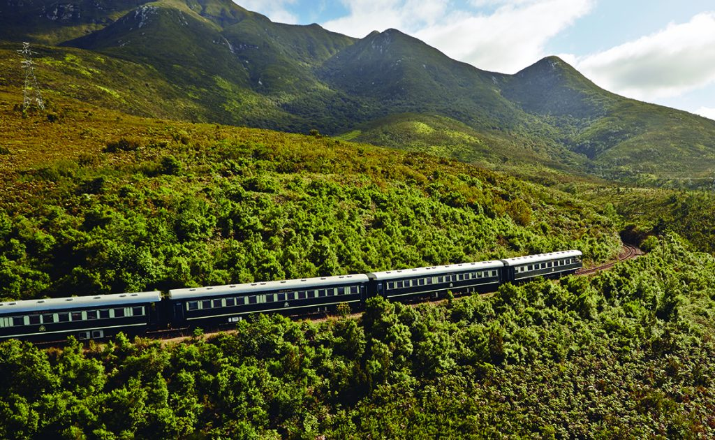 Train Shongololo Express dans la nature luxuriante